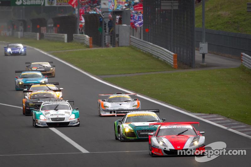 Derde ronde groene vlag: #8 Autobacs Racing Team Aguri Honda HSV-010 GT: Ralph Firman, Takashi Kobayashi aan de leiding