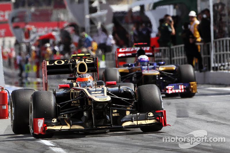 Romain Grosjean, Lotus F1 en Daniel Ricciardo, Scuderia Toro Rosso verlaten pits