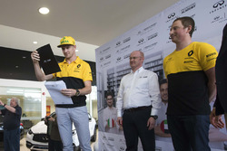 Nico Hulkenberg, Renault F1 Team, announces the winner of the 2017 INFINITI Engineering Academy Canadian Final