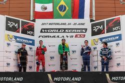 Podium: 1. Pietro Fittipaldi, Lotus; 2. Alfonso Celis Jr., Fortec Motorsport; 3. Egor Orudzhev, SMP Racing by AV, mit Diego Menchaca, Fortec Motorsports