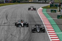 Romain Grosjean, Haas F1 Team VF-17 en Lewis Hamilton, Mercedes-Benz F1 W08