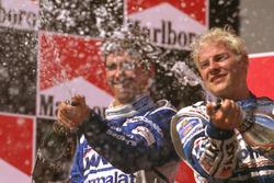 Podyum: Yarış galibi Jacques Villeneuve, Williams Renault, 2. Damon Hill, Arrows