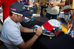 Rubens Barrichello, KV Racing Technology Chevrolet signs a helmet dedicated to Dan Wheldon