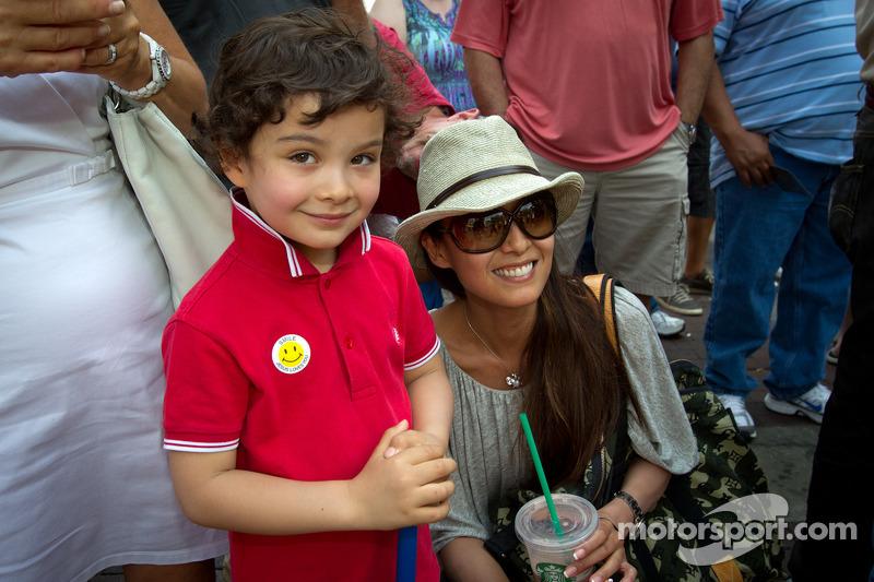 Indy 500 festival parade: Kumiko Goto, vrouw van Jean Alesi met zoon