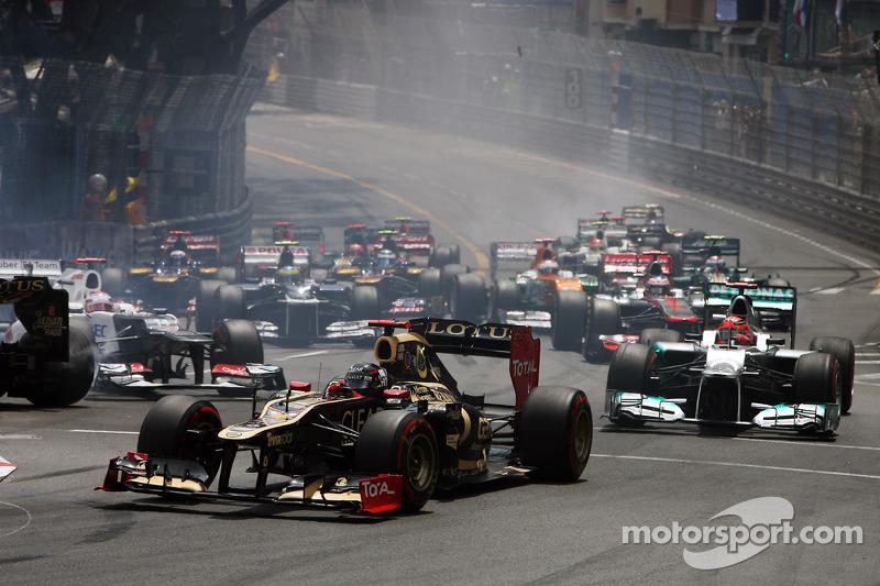 Kimi Raikkonen, Lotus F1 start van de race met Romain Grosjean, Lotus F1 en Kamui Kobayashi, Sauber crash