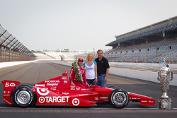 Winners photoshoot: Dario Franchitti, Target Chip Ganassi Racing Honda with IMS executive Jeff Belskus