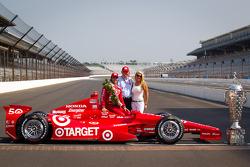 Winners photoshoot: Dario Franchitti, Target Chip Ganassi Racing Honda with team manager Mike Hull
