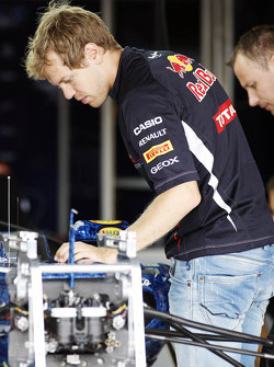 Sebastian Vettel, Red Bull Racing looks at his Red Bull Racing RB8