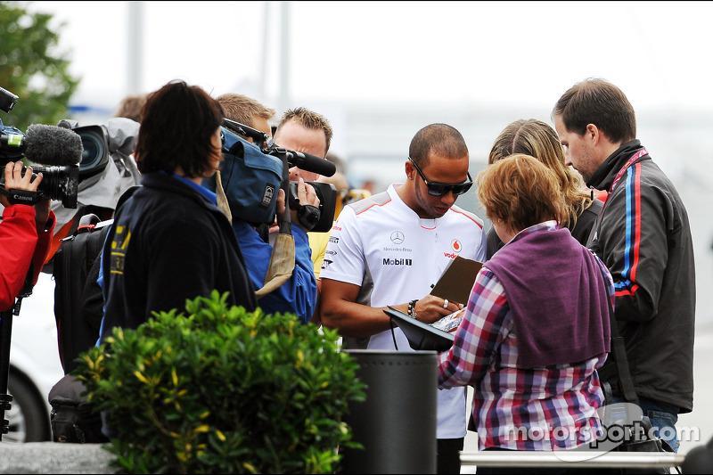 Lewis Hamilton, McLaren signeert handtekeningen voor fans