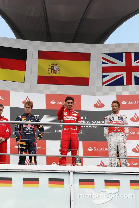 Podium: Sebastian Vettel, Red Bull Racing, 2de; Fernando Alonso, Ferrari, winnaar; Jenson Button, Mc