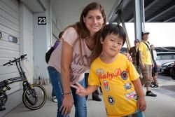 Cyndie Allemann met jonge fan