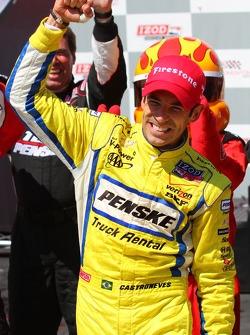 Victory lane: winnaar Helio Castroneves, Team Penske Chevrolet