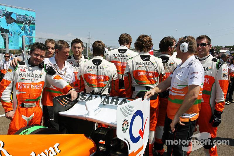 Sahara Force India F1 Team mecaniciens op de grid