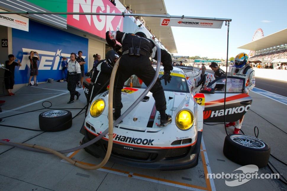 Pit stop for #33 Hankook KTR Porsche 911 GT3 R: Masami Kageyama, Tomonobu Fujii