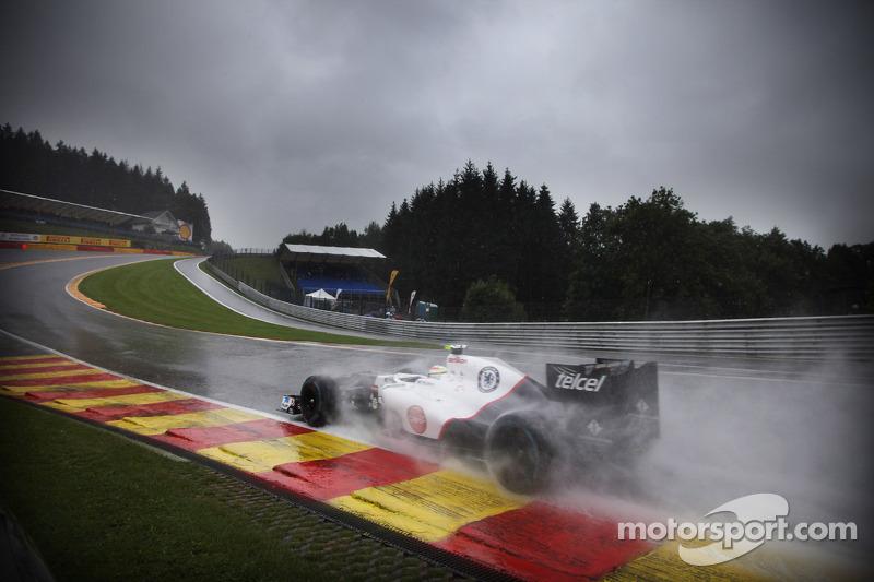 Sergio Perez, Sauber, door Eau Rouge in de regen (2012)