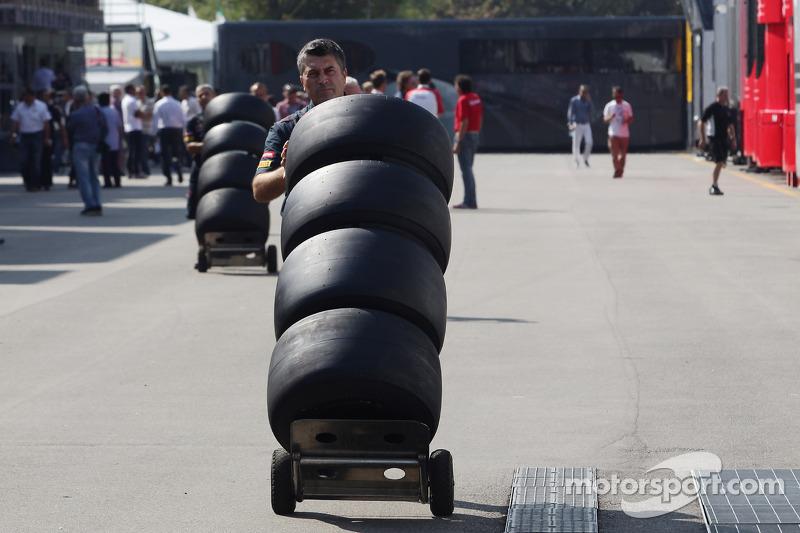 Scuderia Toro Rosso mecanicien met Pirelli banden