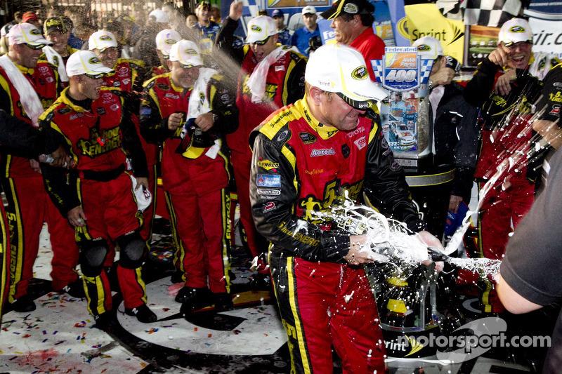 Victory lane: winnaar Clint Bowyer, Michael Waltrip Racing Toyota