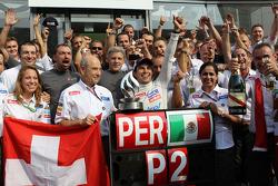 2. Sergio Perez, Sauber F1 Team kutlama yapıyor takım ile ve Peter Sauber, Sauber Takım Patronu
