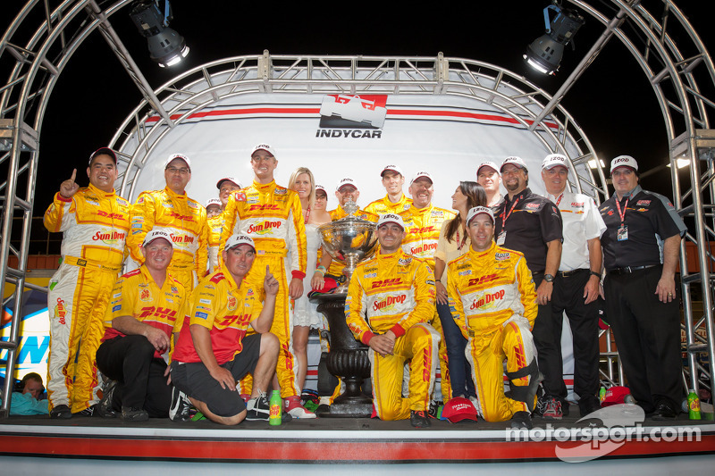 IndyCar Series 2012 kampioen Ryan Hunter-Reay, Andretti Autosport Chevrolet viert met Michael Andretti en Andretti Autosport team