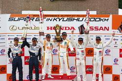 GT300 podium: winners Hiroki Yoshimoto, Kazuki Hoshino