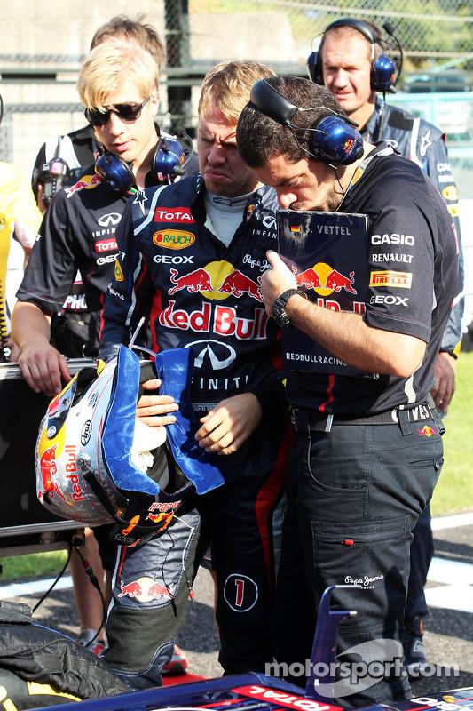 Sebastian Vettel, Red Bull Racing met Guillaume Rocquelin , Red Bull Racing Race Engineer op de grid