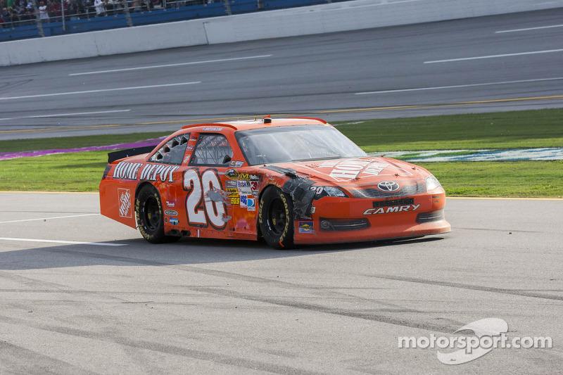 Joey Logano, Joe Gibbs Racing Toyota naar de pits