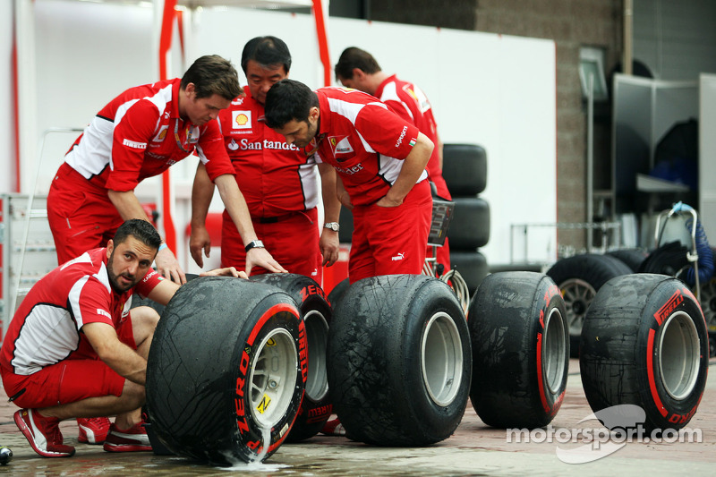 Rob Smedley, Ferrari Race Engineer en Hirohide Hamashima, Ferrari Tyre Engineer checken Pirelli banden