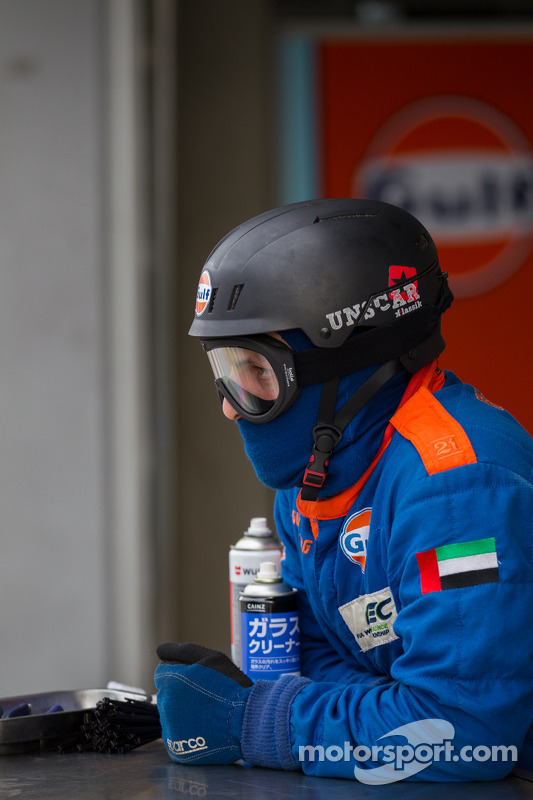 Gulf Racing pit crew