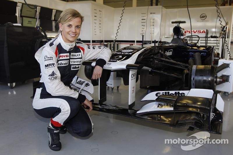 Susie Wolff pose à côté de la Williams FW33 en 2012
