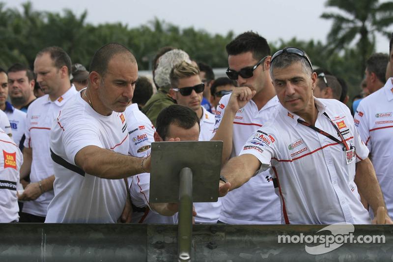 Los miembros del equipo lloran en recuerdo del piloto en el punto donde falleció.