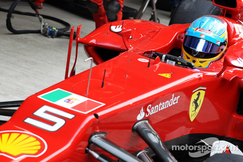 Fernando Alonso, Ferrari met vlag van Italiaanse marine in steun van Italiaanse mariniers beschuldigd van moord op Indiase vissers