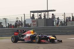 Mark Webber, de Red Bull Racing se enclava y se abre durante su vuelta de calificación definitiva