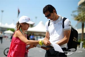 Pedro de la Rosa signs autograph for a fan
