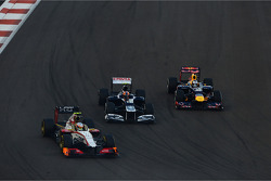 Narain Karthikeyan, HRT Formula One Team HRT battles for position with Bruno Senna, Williams and Sebastian Vettel, Red Bull Racing