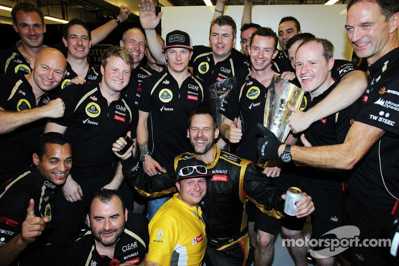 Переможець гонки Кімі Райкконен, Lotus F1 Team святкує з командою