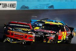 Clint Bowyer, Michael Waltrip Racing Toyota et Jeff Gordon, Hendrick Motorsports Chevrolet pris dans un crash