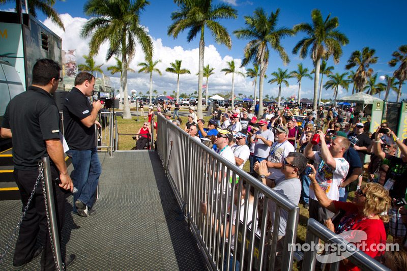 Ryan Newman, Stewart-Haas Racing Chevrolet met fans