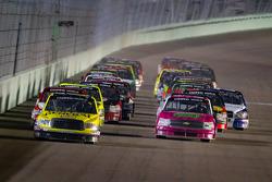 Restart: Kyle Busch, Kyle Busch Motorsports Toyota leads the field