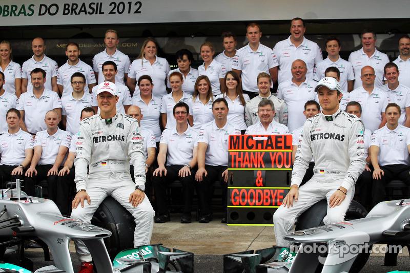 Michael Schumacher, Mercedes AMG F1, und Nico Rosberg, Mercedes AMG F1, beim Teamfoto