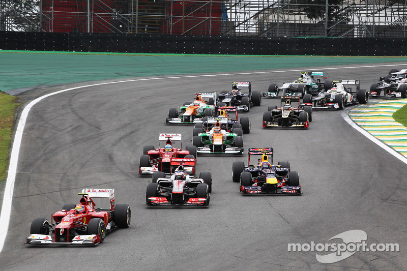 Felipe Massa, Ferrari leads Jenson Button, McLaren and Mark Webber, Red Bull Racing at the start of