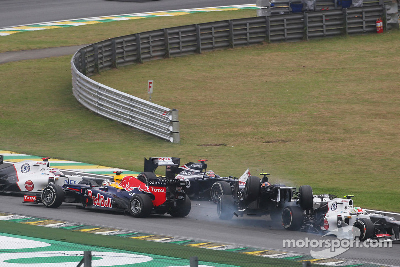 Sebastian Vettel, Red Bull Racing overleeft crash met Bruno Senna, Williams en Sergio Perez, Sauber