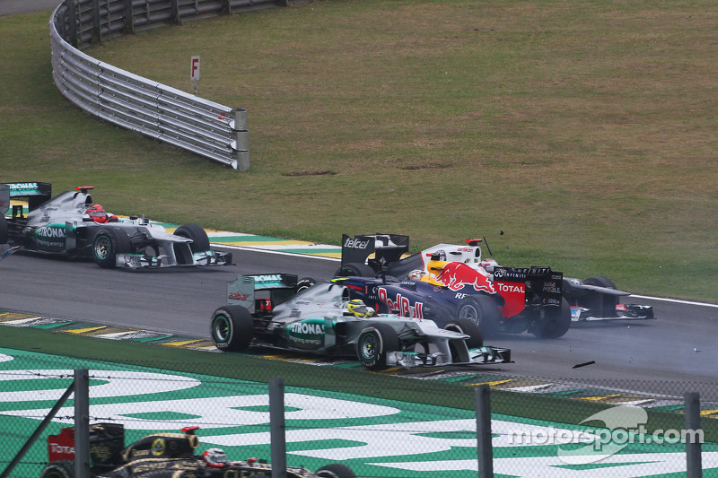 Sebastian Vettel, Red Bull Racing overleeft crash met Bruno Senna, Williams en Sergio Perez, Sauber bij de start