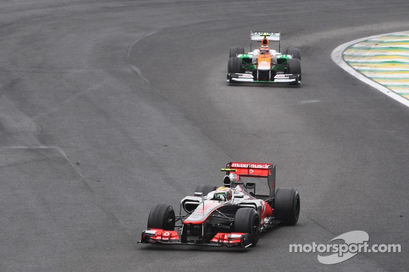 Бесконечно сдерживать скорость McLaren Нико на своей Force India конечно не мог – Хэмилтон его догнал и опередил. Но Хюлькенберг все удержался за Льюисом, а когда тот уперся в кругового на стартовой прямой, попробовал провести ответную атаку