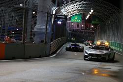 Safety car voorbij Marcus Ericsson, Sauber C36 na crash