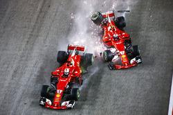 Sebastian Vettel, Ferrari SF70H, Kimi Raikkonen, Ferrari SF70H, se crashent au départ
