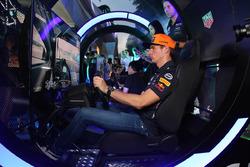 Макс Ферстаппен играет в Gran Turismo Sport
