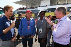 Посол Mercedes-Benz Нико Росберг, неисполнительный директор Mercedes Ники Лауда, Мухаммед Фаррах и ведущий Sky TV Мартин Брандл