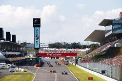 Lewis Hamilton, Mercedes AMG F1 W08, Sebastian Vettel, Ferrari SF70H,