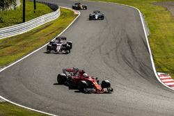 Себастьян Феттель, Ferrari SF70H, и Эстебан Окон, Sahara Force India F1 VJM10