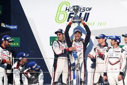 Подиум: победители Энтони Дэвидсон, Себастьен Буэми, Казука Накаджима, Toyota Gazoo Racing